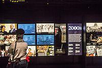 Washington- National Museum of African American History and Culture<br /> ragazza osserva video sugli anni 2000