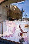 Frankreich, Provence-Alpes-Côte d'Azur, Saint-Tropez: Hermès Boutique, Schaufenster mit Spiegelung der Hafenpromenade | France, Provence-Alpes-Côte d'Azur, Saint-Tropez: Hermès Boutique, display window reflecting the harbour-promenade