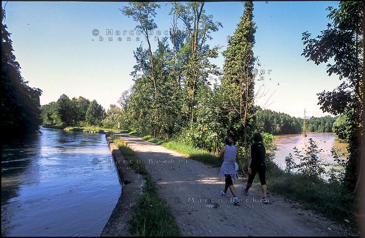 Vaprio d'Adda (Milano). Il Naviglio Martesana (a sx) e il fiume Brembo alla confluenza nell'Adda (a dx) --- Vaprio d'Adda (Milan). The Naviglio Martesana canal (left) and the confluence of the river Brembo into the Adda (right)