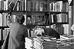 1970s shopping busy crowded book shop people browsing, buying deciding on which book to buy. 70S UK