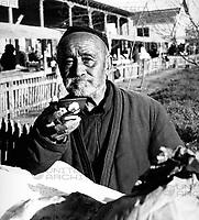 Ein Mann trinkt seinen Tee auf dem Basar in Taschkent in Usbekistan, Sowjetunion, 1970er Jahre. A man drinking his tea on the basar at Tashkent in Uzbekistan, Soviet Union, 1970s.
