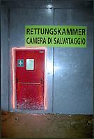 alptransit, la galleria ferroviaria più lunga del mondo, 57 km, sotto il San Gottardo. Svizzera. L'interno della galleria a Faido. Camera di salvataggio