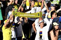 BOGOTÁ - COLOMBIA, 25-08-2018: Hinchas de Atlético Bucaramanga, animan a su equipo, durante partido de la fecha 6 entre Independiente Santa Fe y Atlético Bucaramanga, por la Liga Aguila II 2018, en el estadio Nemesio Camacho El Campin de la ciudad de Bogota. / Fans of Atlético Bucaramanga, cheer for their team during a match of the 6th date between Independiente Santa Fe and Atletico Bucaramanga, for the Liga Aguila II 2018 at the Nemesio Camacho El Campin Stadium in Bogota city, Photo: VizzorImage / Luis Ramírez / Staff.