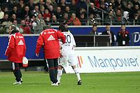 Jose Ernesto Sosa (Bayern) wird verletzt vom Platz gefuehrt<br /> Eintracht Frankfurt vs. FC Bayern Muenchen, Commerzbank Arena<br /> *** Local Caption *** Foto ist honorarpflichtig! zzgl. gesetzl. MwSt. Auf Anfrage in hoeherer Qualitaet/Aufloesung. Belegexemplar an: Marc Schueler, Am Ziegelfalltor 4, 64625 Bensheim, Tel. +49 (0) 6251 86 96 134, www.gameday-mediaservices.de. Email: marc.schueler@gameday-mediaservices.de, Bankverbindung: Volksbank Bergstrasse, Kto.: 151297, BLZ: 50960101