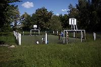 UKRAINE, Kiev, 22/05/2012.Des enfants jouent au football dans le village de Strakholissya quelques 30km au sud de Chernobyl, Ukraine.UKRAINE, Kiev, 2012/05/22..Children playing football in the village of Strakholissya some 30km south of Chernobyl, Ukraine..© Pierre Marsaut / Est&Ost Photography