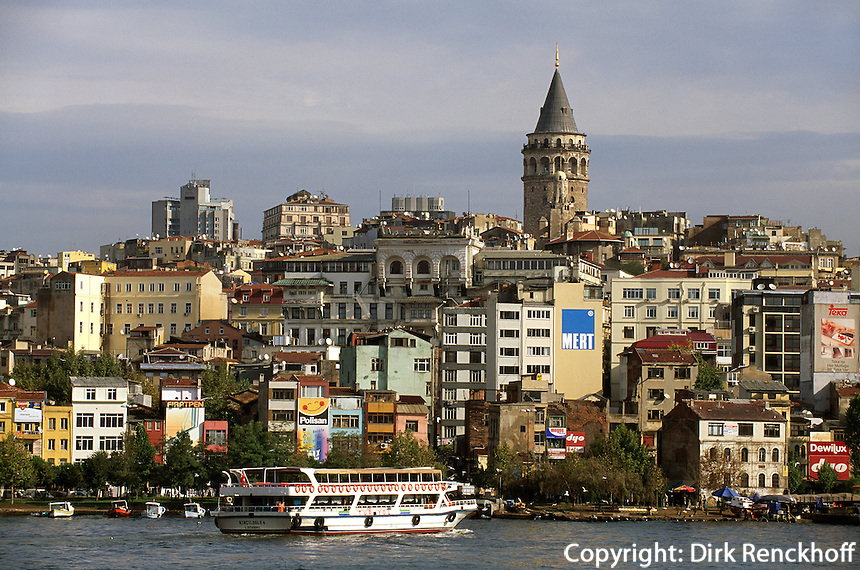 Blick von Eminönüt in Istanbul über das Goldene Horn auf Karaköy und Galata Turm (Galata Kulezi), Türkei