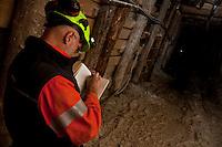 ITALIA Torino  Miniere di talco Val Chisone ITALIE Turin Mines de talc de la Val Chisone ingegnere minerario al lavoro Italy Turin talc mines