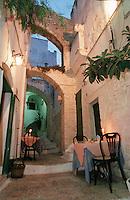 Europe/Italie/La Pouille/Ostuni: La Taverna Della Geliosa, tables dans la rue