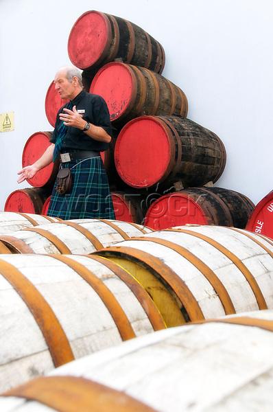 Schottland, Isle of Arran, Lochranza, The Arran Malt Distillery, Whiskybrennerei, Arran Malt, Whisky, Campbell Laeng, erklaert, erklaeren, Faesser, Herstellung, Produktion, Whiskyfaesser, Lager, Lagerung, Schottenrock, Kilt, spricht, redet, Bevoelkerung, Europa, Grossbritannien, Unitary Authority North Ayrshire, Firth of Clyde, Kilbrennan-Sund, Irische See, Reise, Travel, 2009<br /> <br /> Engl.: Europe, Great Britain, Scotland, Unitary Authority North Ayrshire, Firth of Clyde, Kilbrennan-Sund, Isle of Arran, Lochranza, The Arran Malt Distillery, Arran Malt Whisky, Campbell Laeng, casks, production, kilt, 2009