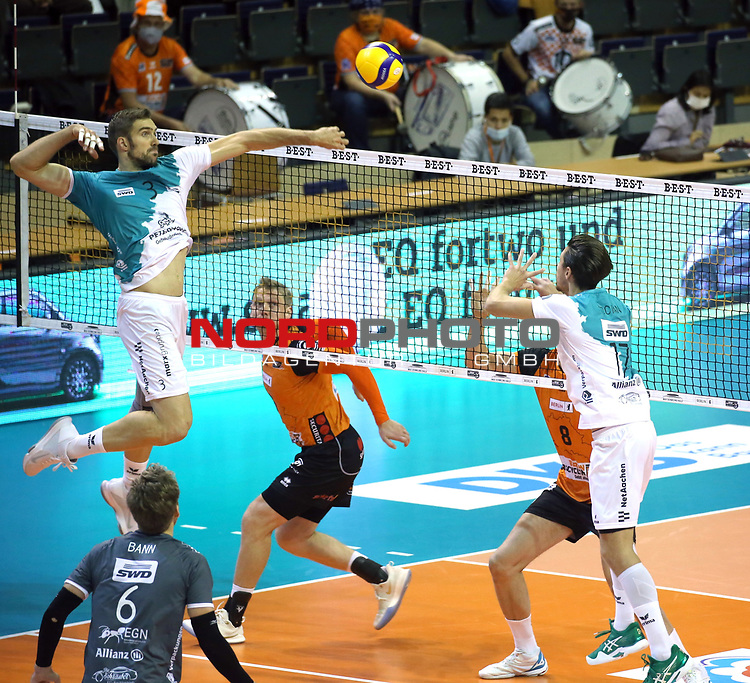17.10.2020, Max Schmeling Halle, Berlin, GER, 1.VBL, BR VOLLEYS VS. SWD powervolleys Dueren, <br /> im Bild Sergey Grankin (BR Volleys #6), Tim Broshog (Dueren #3), Tomas Kocian-Falkenbach (Dueren #17)<br /> <br />      <br /> Foto © nordphoto / Engler