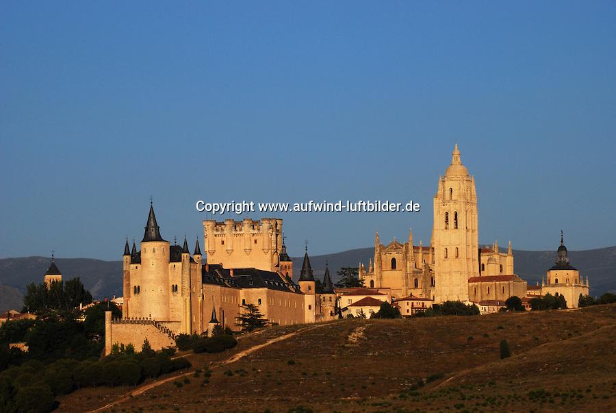 Segovia: SPANIEN, KASTILIEN LEON, SEGOVIA, 22.07.2008: Burg Alcazar mit Kathedrale im Hintergrund, Architektur, Bauwerk, El Alcazar, Europa, Festung,  historisch, Mittelalter, mittelalterlich, Schloss, Weltkulturerbe, Sonnenuntergang.c o p y r i g h t : A U F W I N D - L U F T B I L D E R . de.G e r t r u d - B a e u m e r - S t i e g 1 0 2, .2 1 0 3 5 H a m b u r g , G e r m a n y.P h o n e + 4 9 (0) 1 7 1 - 6 8 6 6 0 6 9 .E m a i l H w e i 1 @ a o l . c o m.w w w . a u f w i n d - l u f t b i l d e r . d e.K o n t o : P o s t b a n k H a m b u r g .B l z : 2 0 0 1 0 0 2 0 .K o n t o : 5 8 3 6 5 7 2 0 9. V e r o e f f e n t l i c h u n g  n u r  m i t  H o n o r a r  n a c h M F M, N a m e n s n e n n u n g  u n d B e l e g e x e m p l a r !...