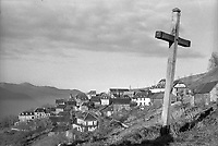 Reportage à Artigues Haute-Garonne (1978) <br /> <br /> 10 janvier 1978. Vue générale du village ; au 1er plan à gauche croix en bois ; en arrière-plan village (vue en plongée).