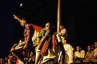 EGITTO, IL CAIRO 9/10 settembre 2011: assalto all'ambasciata israeliana. Migliaia di manifestanti egiziani, ancora infuriati per l'uccisione di cinque guardie di frontiera egiziane da parte dell'esercito israeliano, hanno fatto irruzione nella sede diplomatica israeliana e sono stati poi sgomberati da esercito e polizia egiziana. Nell'immagine: alcuni manifestanti con le bandiere di sera.<br /> Egypt attack to the Israeli embassy  Attaque à l'ambassade israelienne Caire