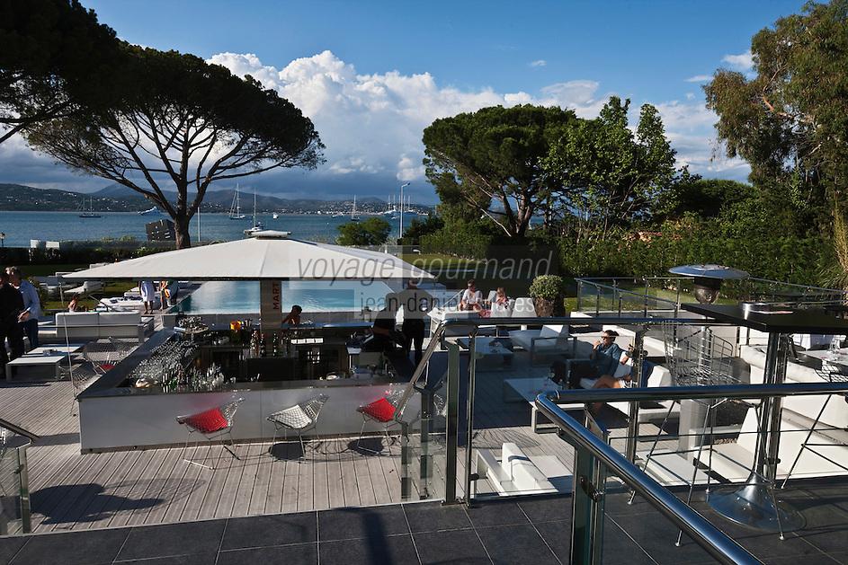 Europe/France/Provence -Alpes-Cote d'Azur/83/Var/Gassin: Hôtel Kube, rte de St Tropez. le bar et la piscine
