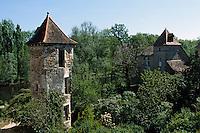 Europe/France/Midi-Pyrénées/46/Lot/ Carennac; Détail tour pigeonnier et  vallée de la Dordogne.