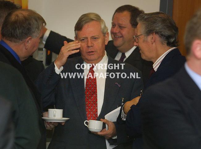 Arnhem, 2001<br />bijeenkomst kvk mtc valburg<br />vergadering overleg borrel bespreken informeel<br />Foto: Sejf Prins / APA Foto