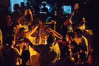 EGITTO, IL CAIRO 9/10 settembre 2011: assalto all'ambasciata israeliana. Migliaia di manifestanti egiziani, ancora infuriati per l'uccisione di cinque guardie di frontiera egiziane da parte dell'esercito israeliano, hanno fatto irruzione nella sede diplomatica israeliana e sono stati poi sgomberati da esercito e polizia egiziana. Nell'immagine: alcuni manifestanti bruciano una bandiera.<br /> Egypt attack to the Israeli embassy  Attaque à l'ambassade israelienne Caire
