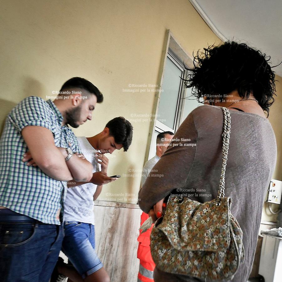 - NAPOLI 30 GIU  2014 -  Via Vespucci Loreto Mare i genitori e amici di Giacomo all'ingresso del pronto soccorso. nella foto