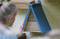 Beobachtung an Wildbienen-Nisthilfen, junge Frau beobachtet Wildbienen an Nisthilfen. Wildbienen-Nisthilfen, Wildbienen-Nisthilfe selbermachen, selber machen, Wildbienenhotel, Insektenhotel, Wildbienen-Hotel, Insekten-Hotel