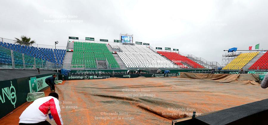 - NAPOLI 4 APR -   Prima giornata della sfida di Coppa Davis tra Italia e Gran Bretagna, nella foto   arrivo tifosi con pioggia