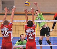 Volley Team Menen - Hotvolleys Wenen : Jolan Cox (rechts) met de smash tegenover de Weense blokkers Nemec (links) en Kienbauer (6)<br /> foto VDB / Bart Vandenbroucke