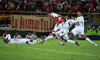 BOGOTA - COLOMBIA-24-04-2013: Wilder Medina (Cent.) jugador del Independiente Santa Fe disputa el balón con Felix Noguera (Der.) y Breiner Bonilla (2 Der.) de Deportes Tolima, durante partido en el estadio Nemesio Camacho El Campin de la ciudad de Bogota, abril 24 de 2013. Independiente Santa Fe y Deportes Tolima durante partido aplazado por la octava fecha de la Liga Postobon I. (Foto: VizzorImage / Luis Ramirez / Staff). Wilder Medina (R) player of Independiente Santa Fe fight for the ball with Felix Noguera (R) y Breiner Bonilla (2 R) from Deportes Tolima during game in the Nemesio Camacho El Campin stadium in Bogota City, April 24, 2013. Independiente Santa Fe and Deportes Tolima during match postponed for the eighth round of the Postobon League I. (Photo: VizzorImage / Luis Ramirez / Staff).