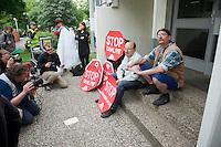 Am Montag den 15. Juli 2013 wurde in Berlin Spandau ein Mieter der privaten Wohnungsbaugesellschaft Ypsilon Hausverwaltung zwangsgeraeumt nachdem er einen kritischen Artikel ueber die Praktikne der Hausverwaltung veroeffentlicht hatte.<br />Die Zwangsraeumung wurde von einer Einsatzhundertschaft der Polizei mit Gewalt durchgesetzt, da etwa 60 Personen vor dem Hauseingang und vor der Wohnung sassen um der Gerichtsvollzieherin den Zugang zur Wohnung zu versperren.<br />Der Mieter Tom Besuch (rechts im Bild) hatte bis zuletzt versucht mit der Hausverwaltung eine Loesung ueber den Verbleib zu erziehlen, was die Hausverwaltung jedoch ablehnte.<br />Die Gefahr, dass der Mieter obdachlose werde sei nicht gegeben, so ein Polizeibaemter, da es im Stadtteil ja ein Maennerwohnheim gaebe.<br />15.7.2013, Berlin<br />Copyright: Christian-Ditsch.de<br />[Inhaltsveraendernde Manipulation des Fotos nur nach ausdruecklicher Genehmigung des Fotografen. Vereinbarungen ueber Abtretung von Persoenlichkeitsrechten/Model Release der abgebildeten Person/Personen liegen nicht vor. NO MODEL RELEASE! Don't publish without copyright Christian-Ditsch.de, Veroeffentlichung nur mit Fotografennennung, sowie gegen Honorar, MwSt. und Beleg. Konto:, I N G - D i B a, IBAN DE58500105175400192269, BIC INGDDEFFXXX, Kontakt: post@christian-ditsch.de<br />Urhebervermerk wird gemaess Paragraph 13 UHG verlangt.]