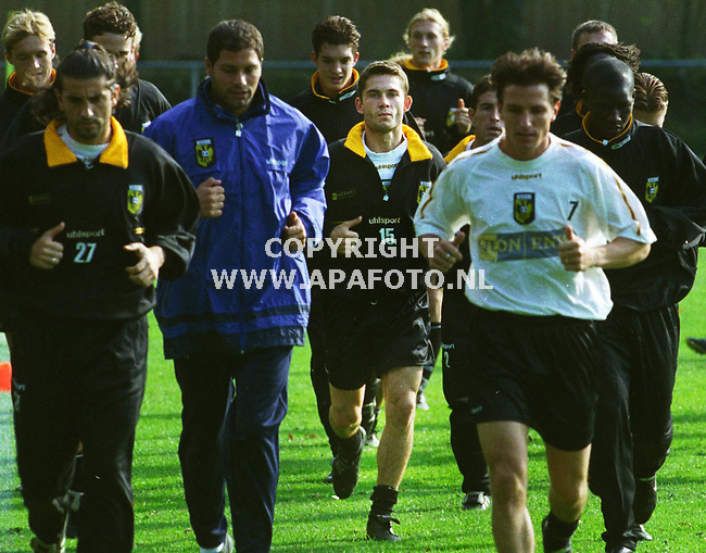 Hoenderloo,29-09-99  Foto:Koos Groenewold<br />Viktor Sikora (nr 15)temidden van zijn ploeggenoten tijdens de warming up
