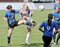 VV Rassing Harelbeke - Dames Club Brugge : duel om de bal tussen Jasmine Vanysacker (links) en Davina Callens.foto VDB / BART VANDENBROUCKE
