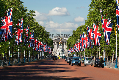 United Kingdom, London: View down The Mall lined with Union flags to Buckingham Palace   Grossbritannien, England, London: Blick entlang der mit Union Jacks geschmueckten Mall zum Buckingham Palace