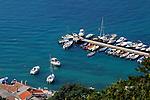 Bucht von Baska an der südost Küste von Krk. Bay of Baska, on the southeast coast of Krk. Krk Island, Dalmatia, Croatia. Insel Krk, Dalmatien, Kroatien. Krk is a Croatian island in the northern Adriatic Sea, located near Rijeka in the Bay of Kvarner and part of the Primorje-Gorski Kotar county. Krk ist mit 405,22 qkm nach Cres die zweitgroesste Insel in der Adria. Sie gehoert zu Kroatien und liegt in der Kvarner-Bucht suedoestlich von Rijeka.