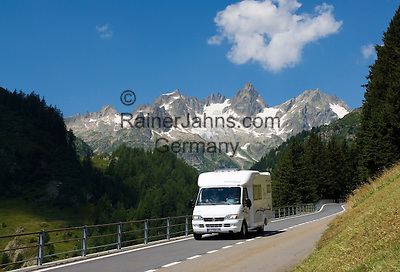 Switzerland, Canton Uri, camper at Sustenpass Road: Fuenffingerstock mountains with peaks Sustenhochspitz, Wendenhorn und Wasenhorn (f.l.t.r.)