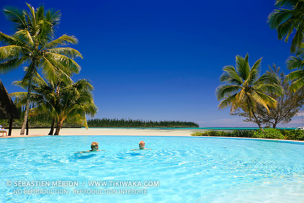 Figurants profitant de la piscine de l'hôtel Le Méridien de l'Ile des Pins devant la baie d'Oro, Nouvelle-Calédonie