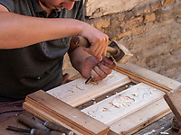 Holzschnitzer in Xiva, Usbekistan, Asien<br /> carving in historic city Ichan Qala, Chiwa, Uzbekistan, Asia