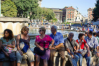 Milano, centro storico, turisti riposano alla fontana davanti al Castello Sforzesco --- Milan, downtown, tourists resting at the fountain in front of the Sforza Castle