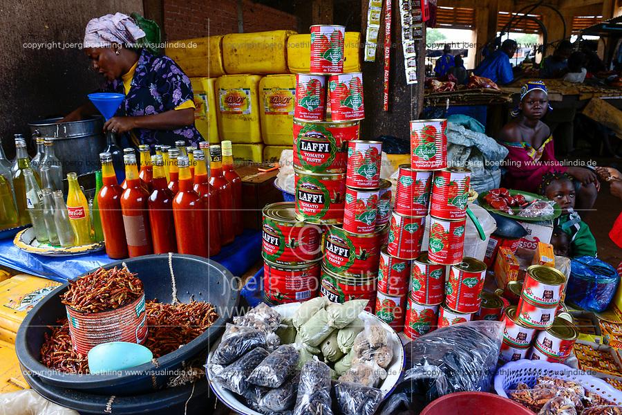BURKINA FASO, Bobo Dioulasso, Grande MARCHE, sale of spices, oil and canned tomato paste /  Grosser Markt, Verkauf von Gewuerzen, Speiseoel und Tomatenmark in Dose