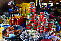 BURKINA FASO, Bobo Dioulasso, Grande MARCHE, sale of spices, oil and canned tomato paste /  Grosser Markt, Verkauf von Gewuerzen, Speiseoel und Tomatenmark in Dose