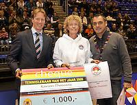 12-12-09, Rotterdam, Tennis, REAAL Tennis Masters 2009, Uit handen van Hendrik Jan Davids (l) ontvangt Karien Theeuwes de cheque van 1000 euro en de orkonde voor tennistrainer van het jaar.