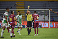 IBAGUE - COLOMBIA, 30-03-2021: Carlos Betancur, árbitro, durante partido entre Deportes Tolima y Atlético Nacional por la fecha 16 como parte de la Liga BetPlay DIMAYOR I 2021 jugado en el estadio Manuel Murillo Toro de la ciudad de Ibagué. / Carlos Betancur, referee, during the match between Deportes Tolima and Atletico Nacional for the date 16 as part of BetPlay DIMAYOR League I 2021 played at Manuel Murillo Toro stadium in Ibague. Photo: VizzorImage / Joan Orjuela / Cont