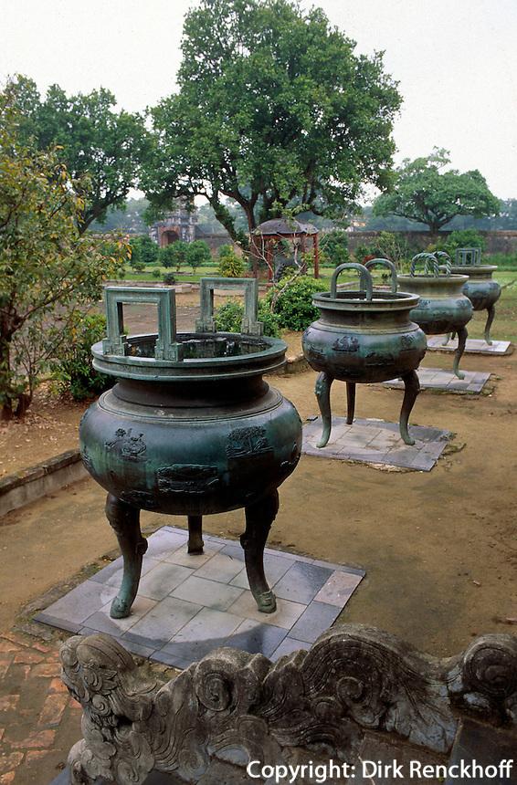 dynastische Urnen vor Pavillon der berühmtem Seelen in Zitadelle in Hue, Vietnam, Unesco-Weltkulturerbe