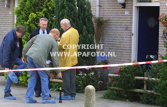Arnhem, 270901<br />Schietpartij op Engelseplein, resercheurs trekken plastic zakjes over hun schoenen.<br />Foto: Sjef Prins / APA Foto.