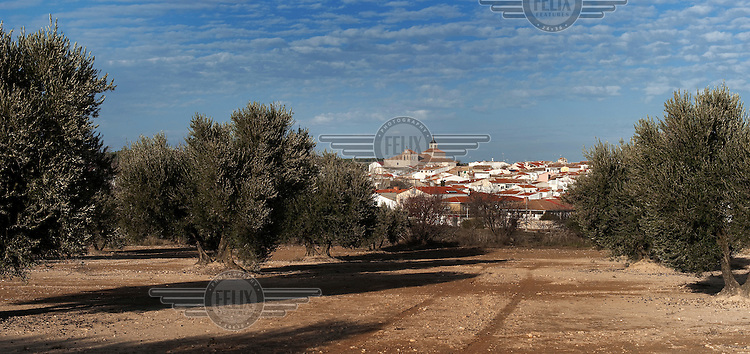 The sleepy town of Estremera - near Madrid and just off the Madrid-Valencia Highway - will undergo total transformation in the coming few years if the proposed 1 billion Euro + investment by a consortium of Chinese businessmen to turn it into a trading and storage hub comes about.