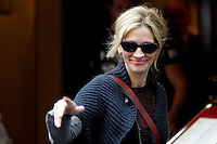 """L'attrice statunitense Julia Roberts sul set del film """"Mangia, Prega, Ama"""", a Roma, 27 agosto 2009..U.S. actress Julia Roberts waves to fans during a pause of the shooting of the movie """"Eat, Pray, Love"""", in downtown Rome, 27 August 2009. .UPDATE IMAGES PRESS/Riccardo De Luca"""