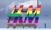 Nederland Amsterdam - Augustus 2018. Gay Pride. H&M in regenboogkleuren.  Foto Berlinda van Dam / Hollandse Hoogte