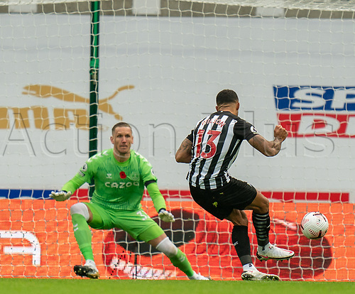 1st November 2020; St James Park, Newcastle, Tyne and Wear, England; English Premier League Football, Newcastle United versus Everton; Callum Wilson of Newcastle United sends keeper Robin Olsen the wrong way from the penalty spot to make it 1-0 in minute 56
