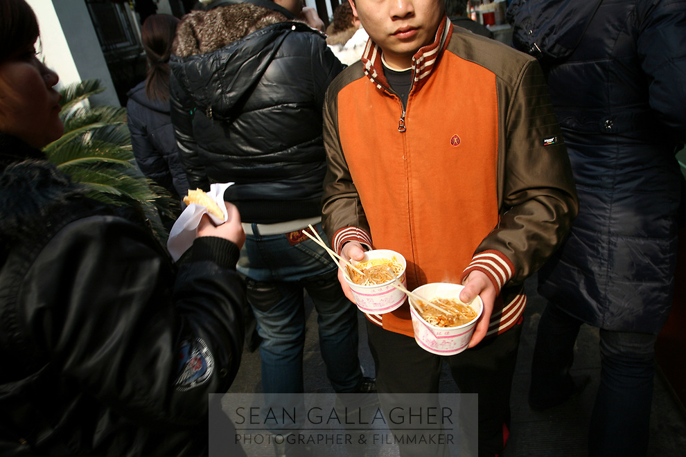 CHINA. Hubei Province. Wuhan. A man carrying pot of noodles. Wuhan (population 4.3 million) is a sprawling city that sits on both sides of the Yangtze River. 2008