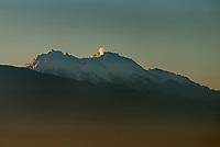 CALI - COLOMBIA, 01-05-2021: Nevado del Huila visto desde Cali en las horas de la mañana de día de hoy, 01 mayo del 2021. / Nevado del Huila is seen from Cali this morining of today, May 05, 2021. Photo: VizzorImage / Gabriel Aponte / Staff