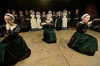 Cercle Celtique de Rostrenen.<br /> Cercle Celtique de Rostrenen.<br /> Danseuses en costume folklorique