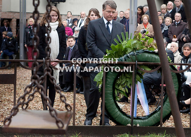 Nijmegen, 220209<br /> Vandaag werd herdacht dat 65 jaar geleden Nijmegenen gebombardeerd werd. Hierbij waren veel overlevenden hiervan aanwezig. Bij monument de Schommel legde minister Donner een krans<br /> Foto: Sjef Prins - APA Foto