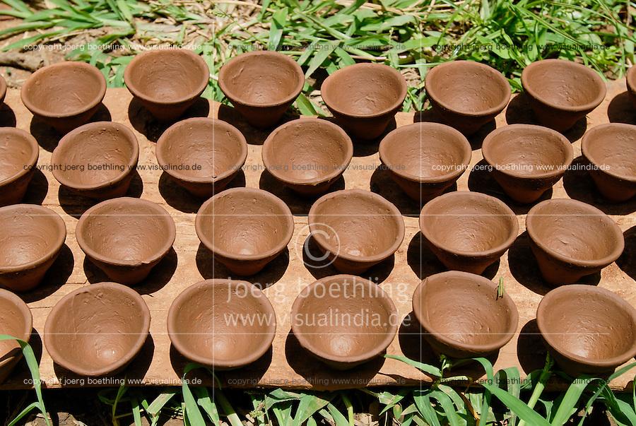 INDIA, Jharkhand, Sarwan, village Bhatkundi, potter makes one-way tea cups from clay, which are used for chai, drying cups in the sun / INDIEN Jharkand , Sarwan, Dorf Bhatkundi, Toepfer stellt Einweg Teetassen aus Ton her, trocknende Teetassen in der Sonne